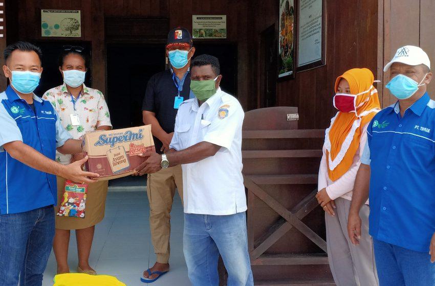 Wujud Mendukung Team Gugus Covid-19 Distrik Aroba, TBMAK Berbagi Paket Sembako