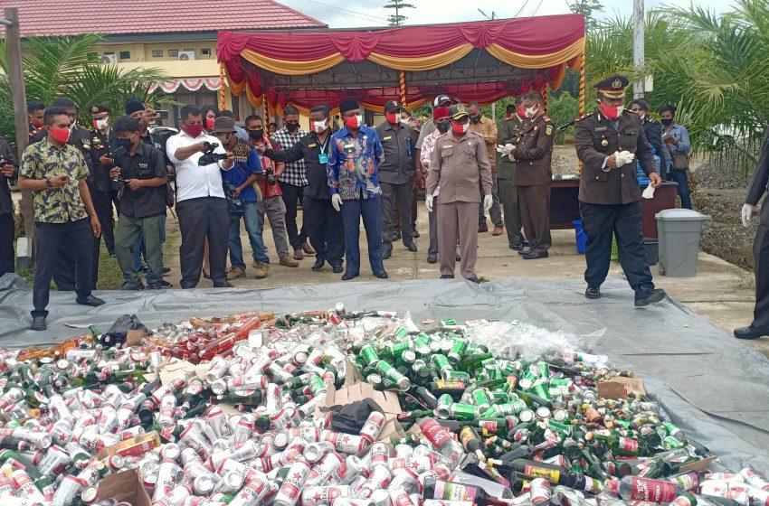 Hari Bhayangkara-74, Polres Teluk Bintuni Musnahkan Ribuan Botol Miras Temasuk Obat Kuat