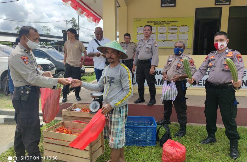 Dukung Perekonomian Petani; Personil Bhabinkamtibnas Membuka Ruang Berjualan Di Halaman Polres Teluk Bintuni