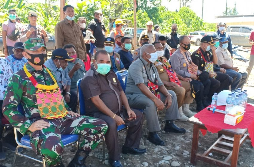 Prosesi Adat Arfak Pemancangan Tiang Perdana Jembatan Sungai Meyof Distrik Mardey- Bintuni